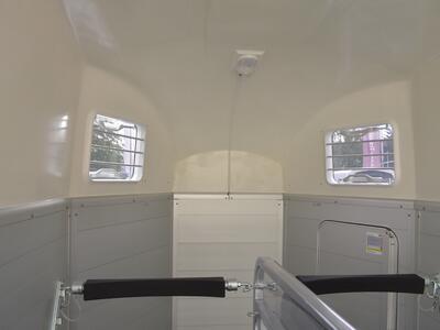 Humbaur Xanthos 2700 ohne Sattelkammer mit Schwenktür Silber